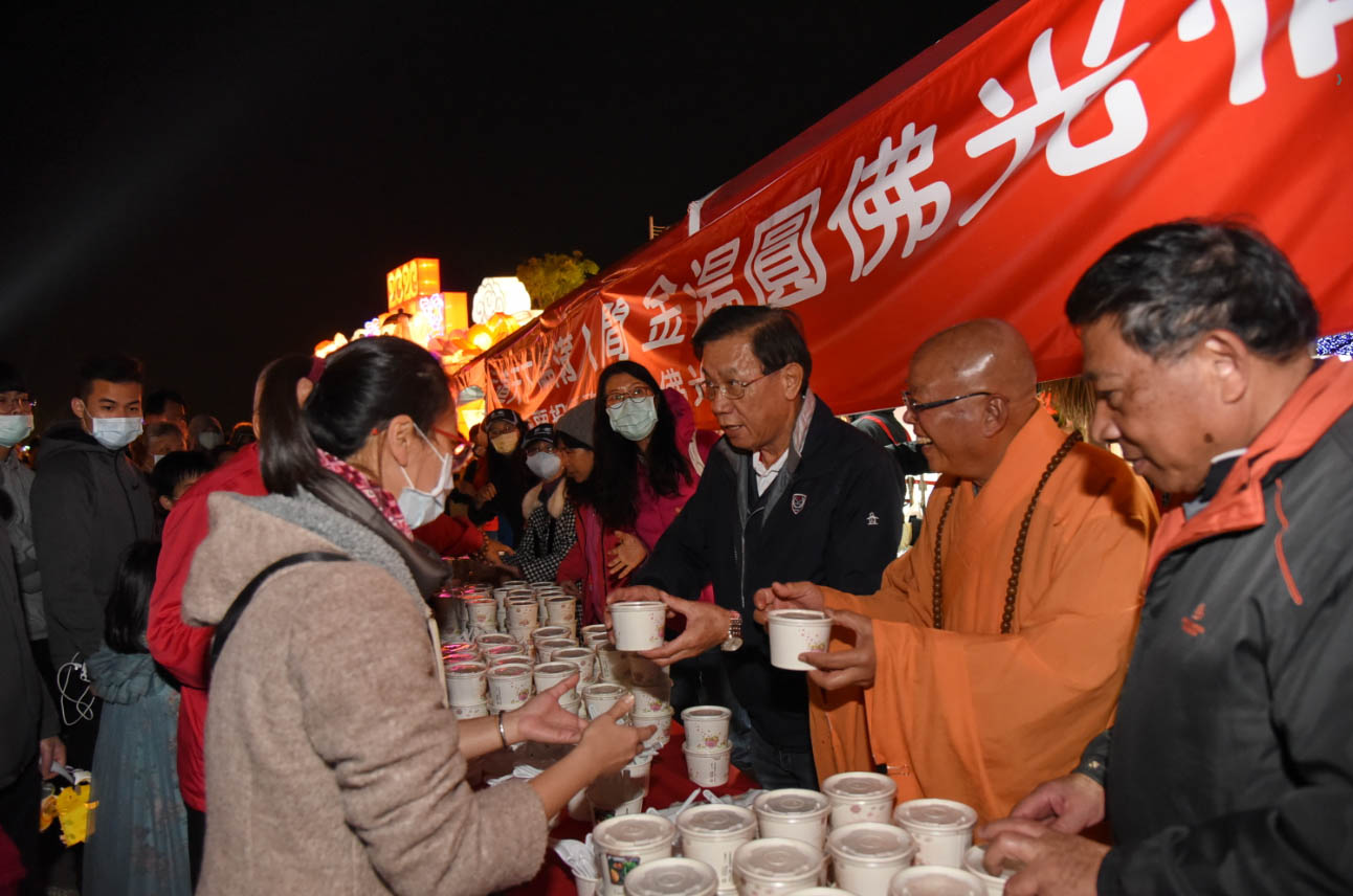 Eating peace glutinous rice balls and watching firecrackers at the Nantou Lantern Festival (Feb. 8)PHOTO: