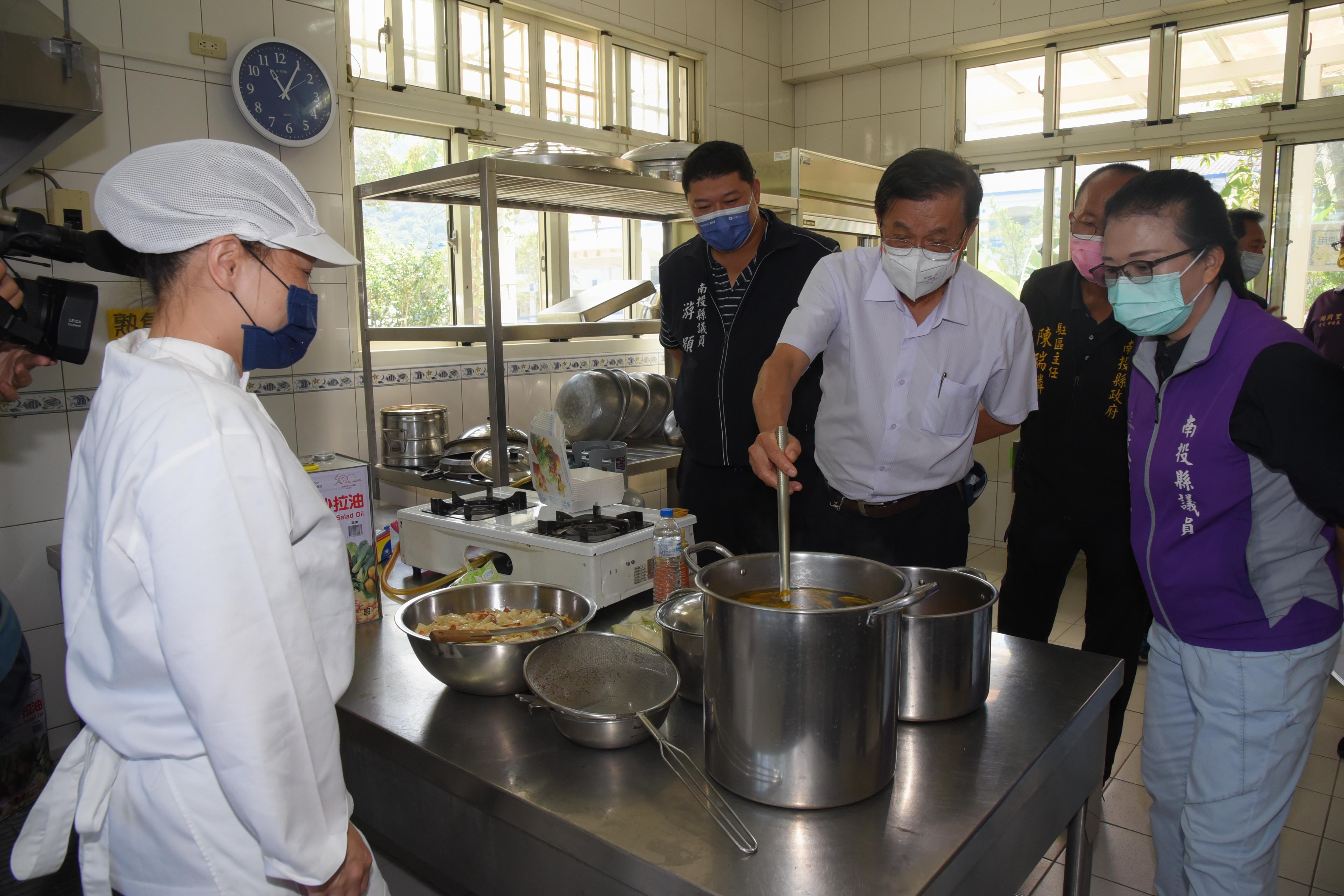(開新視窗)連至 提高校廚待遇      二百多人受益 完整照片