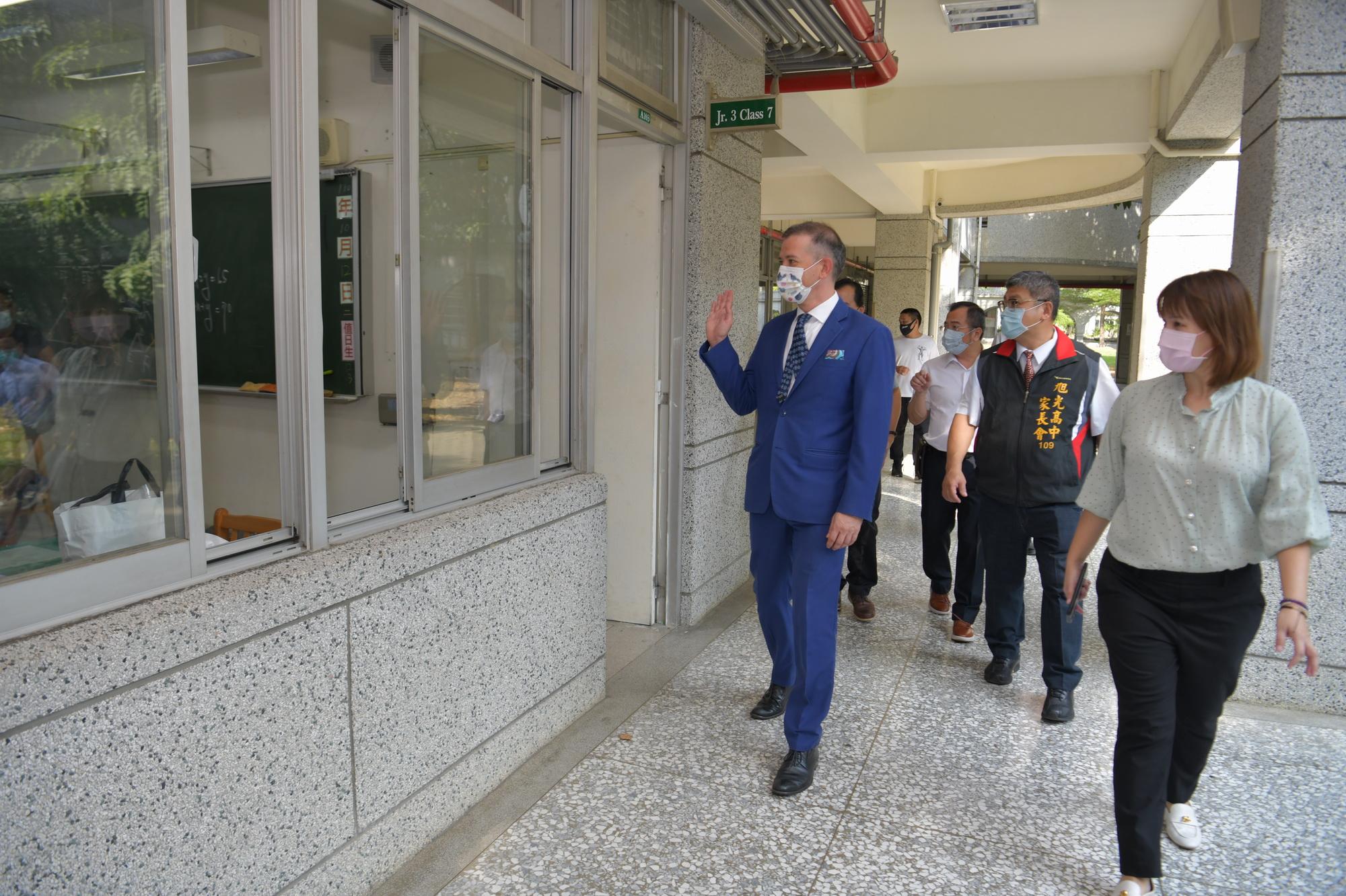 (開新視窗)連至 昆士蘭代表劉培希參訪旭光高中 完整照片